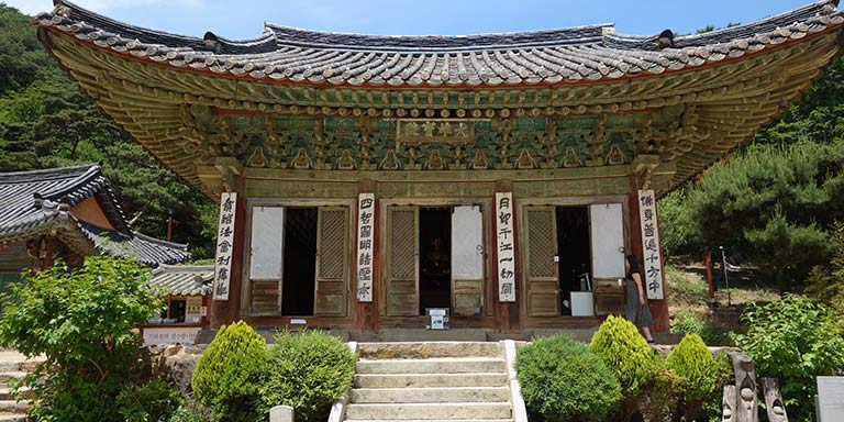 Main hall at Jeondeungsa